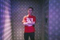 Mężczyzna w czerwonej koszulce