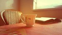 herbata na biurku i książka