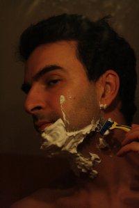 mężczyzna podczas golenia